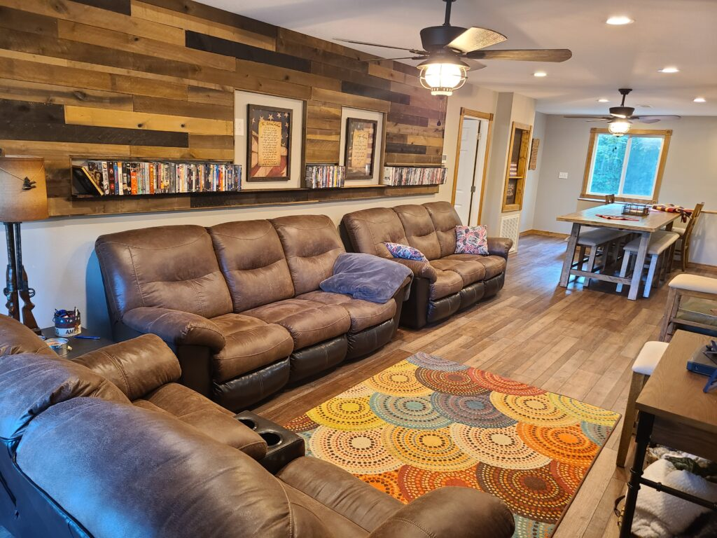 Livingroom Recliner Couches and Pallet Wall